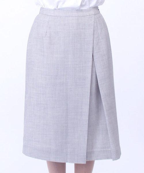 ライトグレーのスカート
